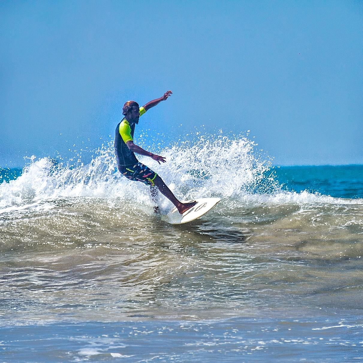 surfing Weligama surfboard